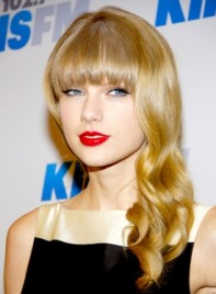 file_3487_taylor-swift-long-blonde-wavy-hairstyle-bangs-275