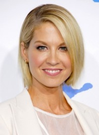 file_58765_jenna-elfman-short-straight-blonde-chic-hairstyle_01-275