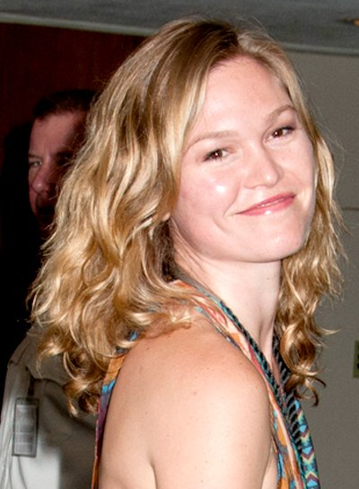 Julia Stiles' Medium, Tousled, Wavy, Blonde Hairstyle