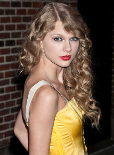 Taylor Swift Long, Curly, Blonde Hairstyle