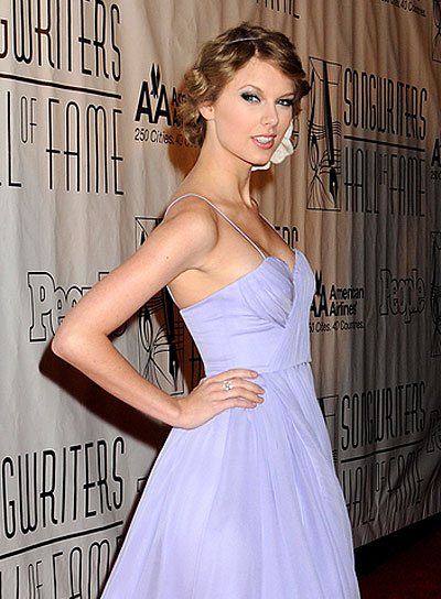 Taylor Swift Wavy, Romantic Hairstyle